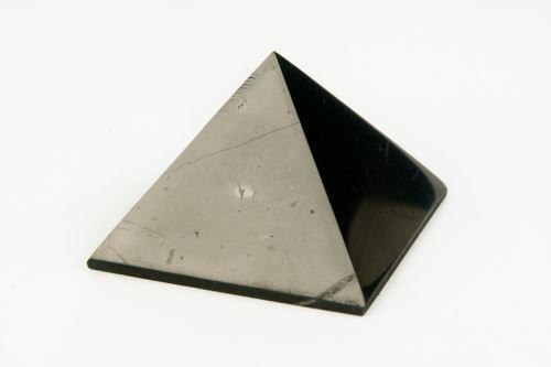Šungitová pyramida 3 x 3cm , lesklá